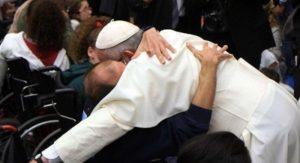 papa disabili 300x163 - Spiaggia speciale di Focene, Papa Francesco dona un anno d'affitto