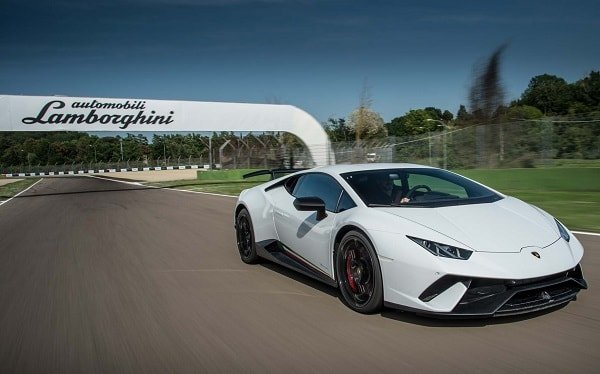 lamborghini min - Lamborghini dona auto personalizzata al Papa: andrà all'asta per beneficenza