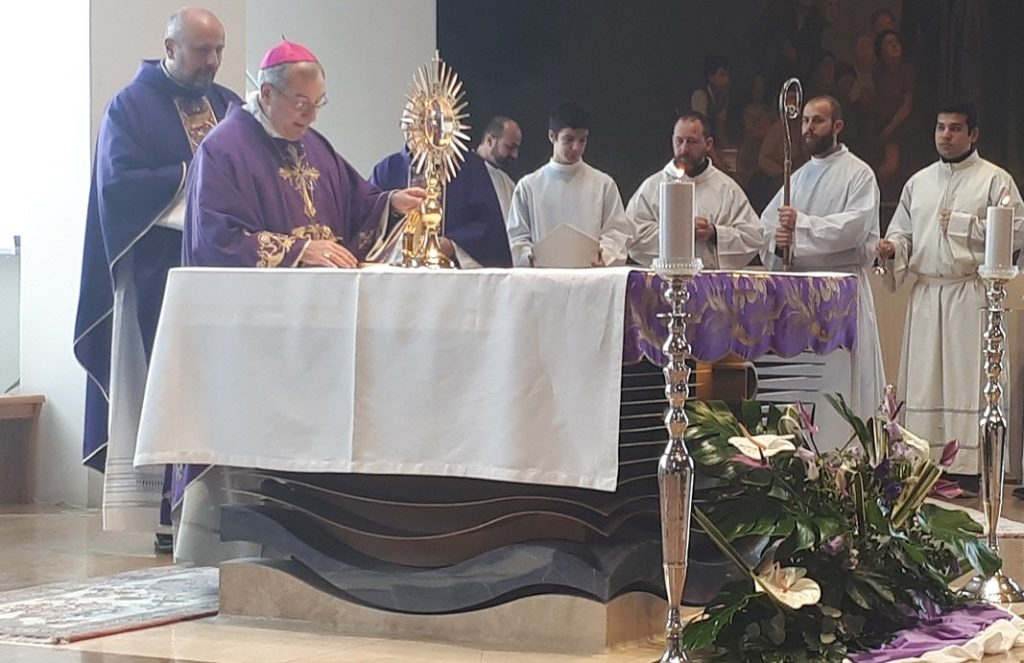 """Adorazione eucaristica. Monsignor De Donatis: """"È una grazia immensa"""" 1"""